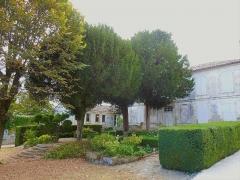 Presbytère et jardin - English: Salles-d'Angles, mairie