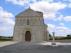 Eglise Saint-Pierre - Français:   croix à côté de l\'église de Lagarde-sur-le-Né, Charente, France