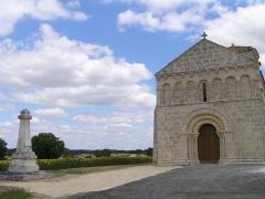 Eglise Saint-Pierre - Français:   monument aux morts à coté de l\'église de Lagarde-sur-le-Né