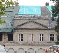 Château - Facade du Château de La Rochette toit bâché et voitures dans la perspective