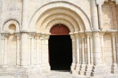 Eglise de la Trinité - Français:   Entrée de l\'Église Saint-Sauveur de Bignay (Charente-Maritime, France).