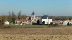 Eglise Saint-Pierre - Français:   Vue éloignée de Champdolent (Charente-Maritime, France), prise depuis