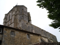 Eglise Saint-Nazaire - English: Corme-Royal (Charente-Maritime, France) - Saint-Nazaire church - Crenellations on the south wall.