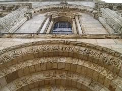 Eglise Saint-Nazaire - English: Corme-Royal (Charente-Maritime, France) - Saint-Nazaire church - Details of the romanesque archivolted portal.