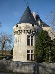 Château et ses dépendances - English: Une des tours Renaissance du château de Dampierre-sur-Boutonne en bordure de la Boutonne.