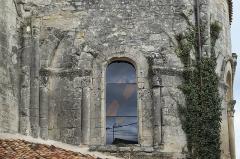 Eglise Saint-Pierre - Deutsch: Kirche Saint-Pierre in Dampierre-sur-Boutonne im Département Charente-Maritime (Nouvelle-Aquitaine/Frankreich), Fenster der Apsis