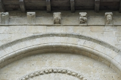 Eglise Saint-Pierre - Deutsch: Kirche Saint-Pierre in Dampierre-sur-Boutonne im Département Charente-Maritime (Nouvelle-Aquitaine/Frankreich), Kragsteine
