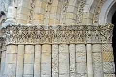 Eglise Saint-Pierre - Deutsch: Echebrune, St.-Pierre, Archivolten-Kapitelle