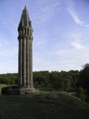 Lanterne des morts - Français:   Lanterne des morts du XIIème siècle à Fenioux en Charente-Maritime (France). Elle classée monument historique depuis 1862.
