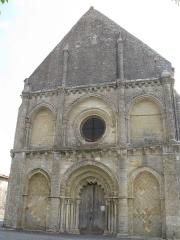 Eglise Notre-Dame -  Façade de l\'église de Genouillé