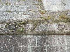 Eglise Saint-Pierre - English: Germignac, church Saint-Pierre,, escutcheon stones on northside