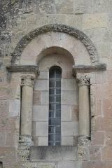 Eglise Saint-Symphorien - Deutsch: Katholische Kirche Saint-Symphorien in Haimps im Département Charente-Maritime (Nouvelle-Aquitaine/Frankreich), romanisches Rundbogenfenster