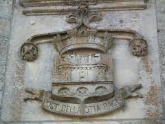 Château - Français:   Armes de Jonzac gravées au dessus de la porte du château.