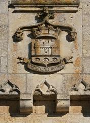 Château - Français:   Armoiries et devise (créées au milieu du XIXe), façade du château de Jonzac, Charente-Maritime, France. (La devise signifie: Après les guerres, les loisirs de la paix.)