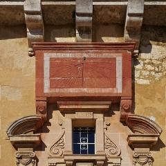 Château - Français:   Cadran solaire (XVIIe siècle), façade de l\'hôtel de ville, Jonzac, Charente-Maritime, France.