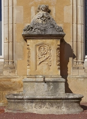 Château - Français:   Fontaine (XIXe siècle), façade de l\'hôtel de ville, Jonzac, Charente-Maritime, France.