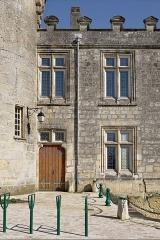 Château - Français:   Entrée du théâtre dans le château de Jonzac, Charente-Maritime, France.