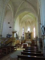 Eglise Sainte-Marie ou Notre-Dame - Deutsch: Das Hauptschiff der katholischen Pfarrkirche Sainte-Marie in Lonzac; hinter der Kanzel links der Torbogen mit dem Eingang zur Grabkapelle der Catherine d'Archiac, der heutigen Sakristei