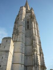 Eglise Saint-Pierre - English: Vue sur le clocher-porche de l'église Saint-Pierre-de-Sales de Marennes, côté nord.