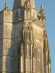 Eglise Saint-Pierre - English: Détail du clocher porche de l'église de Marennes
