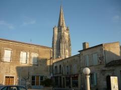 Eglise Saint-Pierre - English: Le clocher de l'église Saint-Pierre-de-Sales vu depuis les Halles couvertes de Marennes.