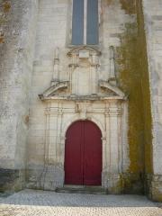 Eglise Saint-Pierre - English: Porte d'entrée du clocher-porche de l'église Saint-Pierre-de-Sales de Marennes