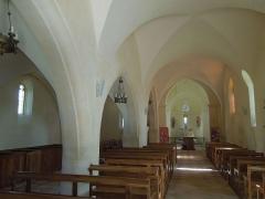 Eglise Saint-Pierre - Deutsch: Innenansicht der zweischiffigen Pfarrkirche Saint-Pierre in Neuillac
