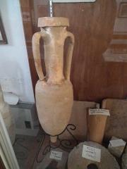 Chapelle Saint-Gilles - Français:   Amphores, meule, tuiles et céramiques romaines au musée de Pons