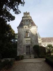 Château des Egreteaux, dit château d'Usson - English: Château d'Usson, northern wing, seen from the west