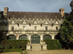 Château des Egreteaux, dit château d'Usson - English: Château d'Usson, courtyard facade of the Corps de Logis, seen from the west