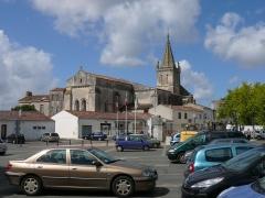 Eglise Saint-Pierre - English: City center and romanesque church Saint-Pierre in Pont-l'Abbé-d'Arnoult. Charente-Maritime (17), Poitou-Charentes, France, Europe.
