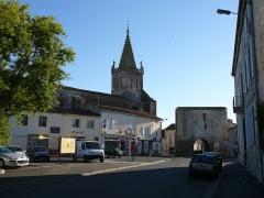 Eglise Saint-Pierre - English: Pont-l'Abbé-d'Arnoult, city center, romanesque church Saint-Pierre and medieval porch. Charente-Maritime (17), Poitou-Charentes, France, Europe.