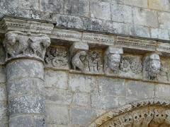 Eglise Saint-Trojan - Français:   modillons et métopes