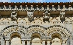 Eglise Saint-Trojan - Français:   Modillons, arcs et frises au sud-est de l\'église de Rétaud, Charente-Martitime, France.