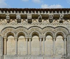Eglise Saint-Trojan - Français:   Modillons, arcs, colonnes et frises au sud-est de l\'église de Rétaud, Charente-Martitime, France.