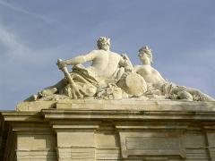 Fontaine - Français:   Fontaine Place Colbert (la rencontre de la Charente et de l\'Océan) Rochefort Charente Maritime France