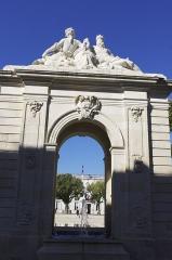 Fontaine - Français:   Rochefort - fontaine sur la place Colbert.