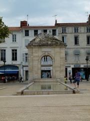 Fontaine - Français:   La fontaine de la place Colbert à Rochefort (Charente-Maritime)