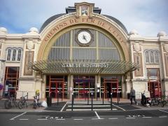 Gare -  L'origine du bâtiment est clairement identifiée par la signalétique des Chemins de Fer de l'État, sur la façade de la construction.