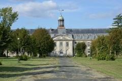 Hôpital maritime - Français:   L\'Hôpital de la Marine de Rochefort-sur-Mer en septembre 2015: le bâtiment principal (façade sud). Cet hôpital (en les bâtiments photographiés) a été ouvert en 1788 et désaffecté en 1985. Il a été acheté par un marchant de biens. Rochefort-sur-Mer, Charente-Maritime, France.