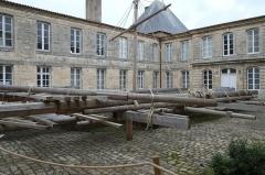 Ancien Hôtel de Cheusse, dit Hôtel de l'Intendance maritime - Français:   Cour du musée de la Marine dans l\'hôtel de Cheusses Rochefort Charente-Maritime France