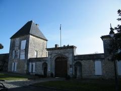 Ancien Hôtel de Cheusse, dit Hôtel de l'Intendance maritime - Français:   Tour Nord Ouest et portail d\'entrée de l\'hôtel de Cheusses