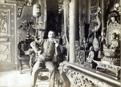 Maison de Pierre Loti - Français:   Pierre Loti chez lui dans sa pagode par Dornac  Salle dite \