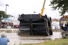 Formes de radoub de l'arsenal - Français:   Le bateau-porte, sortie de sa rainure, est éloigné de l\' entrée de la forme de radoub Louis XV. Rochefort-sur-Mer, Charente Maritime, France.