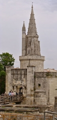 Fortin dit des deux moulins - English: The Tour de la Lanterne (XV-XX) is one of the three old towers of the sea front in La Rochelle, France. Historic monument of France since 1879. In foreground, a part of the remains of the medieval fortifications. The little tower beside was a lighthouse.