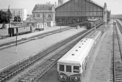 Gare - English: La Rochelle (Charente Maritime) Station, view eastward with Diesel multiple-unit in foreground, 1963