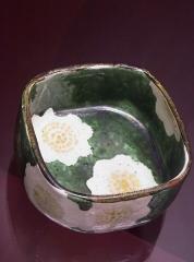 Hôtel de la Bibliothèque et du Musée - English: OGATA Kenzan (Kyoto 1663 - Tokyo 1743). Square box with flower design on enamel background and enamel centers. . Stoneware. Musée des Beaux Arts de La Rochelle.