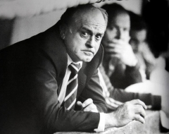 Maison - English: Alfredo Di Stéfano as River Plate manager, watching the match on the bench.