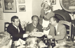Maison - English: Argentine footballer Alfredo Di Stéfano (at center) while tasting the Williams & Humbert Ltd. wines, in the Don Guido room of that company. On his right, Bernardo Muñoz Cortijo; on his left, Vicente González Bruñón, manager of W&H.