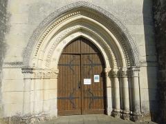 Eglise Saint-Vivien - English: Rouffignc, Église Saint-Christophe, portal